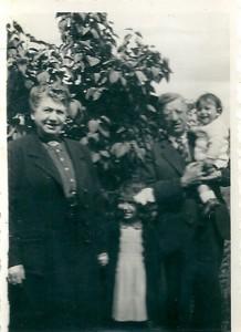 15 Moïse & Clara Menache avec Clairette & Maurice 1942