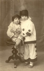 4 Pourim 1930 Ketty assise et Fanny Amram