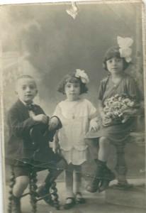 5 Dolsa & Vitaly Menache, au milieu Becky Aroueste, cousins août 1924