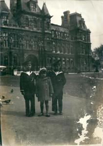 Daniel, Robert & Rachel Mazalto devant Hotel de Ville de Paris