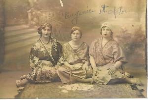 En Turquie dans les années 1920. de gauche à droite.  MmePalensia , Jenny Sévilla soeur de Oro Lévy, et Flore Camayor  mère de Estelle Camayo