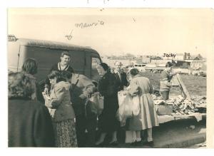 Déballage à Montreuil encore un terrain vague Maurice et à droite Jacques Romi années 1950