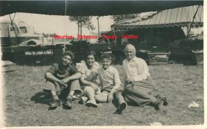 Famille Romi, Rebecca, Nissim, Maurice et Jacky marché au Tréport en été années 1950